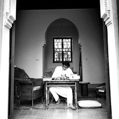 YSL working in Marrakech Pierre Boulat courtesy Association Pierre & Alexandra Boulat